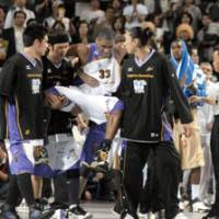 Adding insult to injury: Tokyo Apache forward Dameion Baker (33), seen here being carried off the floor by teammates after tearing his Achilles tendon in the bj-league title game against Ryukyu last month, is still trying to get the team to pay for his surgery and rehabilitation. | YOSHIAKI MIURA PHOTO