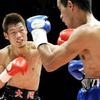 Fistic power: Hozumi Hasegawa connects on a third-round punch against Alvaro Perez of Nicaragua during their WBC bantamweight title bout on Friday in Kobe. Hasegawa retained his title with a fourth-round knockout. | KYODO PHOTO