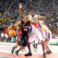 Concern for the future: Osaka Evessa power forward Lynn Washington (44), a two-time MVP in the bj-league, believes the impasse between the JBL and the bj-league is bad for the sport in Japan. | YOSHIAKI MIURA PHOTO