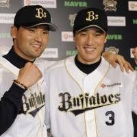 New beginnings: Park Chan Ho, left, and Lee Seung Yeop are hoping to rebound this year with the Orix Buffaloes. | KYODO PHOTO