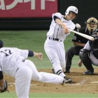 Swing for the fences: Michihiro Ogasawara heads into the Giants' true home opener at Tokyo Dome on Tuesday with a chance to reach 2,000 career hits.   KYODO PHOTO