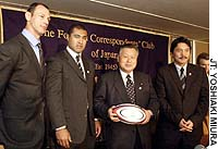 The Japan Rugby Football Union's bid to host the 2011 Rugby World Cup received the backing of a number of well-known rugby players and supporters on Tuesday. World Cup winners Matt Cockbain (left) and Toutai Kefu (second from left) joined former Prime Minister Yoshiro Mori and former Japan captain and coach Seiji Hirao (right) at a press conference at the Foreign Correspondents' Club of Japan.