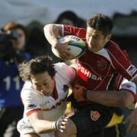 Toshiba Brave Lupus captain Toshiaki Hirose powers past Sanyo Wild Knights players to score a try in the 2009 Microsoft Cup Finals. | AKI NAGAO PHOTO