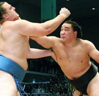 Ama goes for the jugular of Baruto on Day 15 of the Kyushu Basho. Ama finished the tournament with an impressive 13-2, losing in a play-off to Hakuho on the final day. | KYODO PHOTO