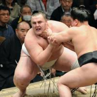 Choked up: Baruto rides out a sticky situation before recovering to beat Harumafuji on Monday. | KYODO PHOTO