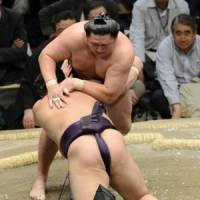 Never too late: Kyokutenho takes down Tochiozan in a playoff to win the Summer Grand Sumo Tournament on Sunday. | KYODO