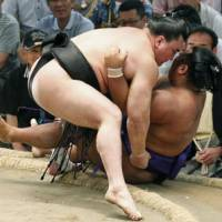Still dominating: Harumafuji (left) picks up another win, beating Shohozan, who fell to 1-6, on Saturday in the Nagoya Grand Sumo Tournament. | KYODO
