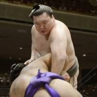 In control: Yokozuna Hakuho defeats Shohozan at the Autumn Grand Sumo Tournament on Monday. | KYODO