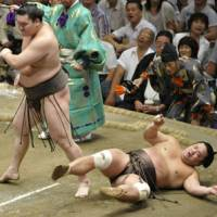 Look who's boss: Yokozuna Hakuho overpowers Myogiryu to improve to 11-1 at the Autumn Grand Sumo Tournament on Thursday. | KYODO