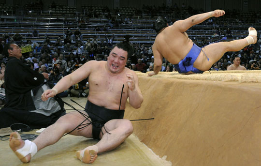 Harumafuji crashes to defeat at Kyushu basho