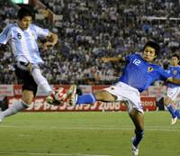Ready for Beijing: Japan Under-23 midfielder Hiroyuki Taniguchi fights Argentina Under-23 defender Ezequiel Garay for the ball during their international friendly match at Tokyo's National Stadium on Tuesday. Argentina was leading 1-0 in the 83rd minute when the match ended due to a severe rainstorm. | KYODO PHOTO
