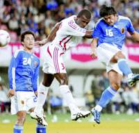 Take this!: Japan forward Yoshito Okubo (16) heads a shot during the first half against United Arab Emirates in the Kirin Challenge Cup at Tohoku Denryoku Big Swan Stadium in Niigata on Thursday night. The game ended in a 1-1 tie. | KYODO PHOTO