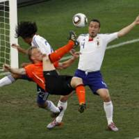 Hunger to win: The Netherlands' Dirk Kuyt (center), Japan's Marcus Tulio Tanaka (right) and Yuji Nakazawa vie for the ball in the first half of their Group E match in the World Cup on Saturday in Durban, South Africa. The Netherlands defeated Japan 1-0, getting the winning goal from Wesley Sneijder in the 53rd minute. | AP PHOTO
