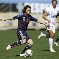 Fluid: Kozue Ando moves for the ball during Nadeshiko Japan's Algarve Cup match against the United States on Monday in Faro, Portugal. Japan won 1-0.   KYODO