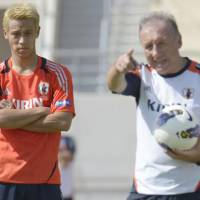 Lead the way: National team manager Alberto Zaccheroni (right) gives instructions as forward Keisuke Honda looks on in Doha on Monday. | KYODO