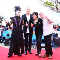 Panel of peers: Director Joel Schumacher (center), who served as president of the main competition jury for the 5th Okinawa International Movie Festival in March, along with other jury members Demon Kakka (left), actress Kaori Momoi and Canadian director Claude Gagnon. | YOSHIMOTO KOGYO