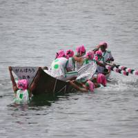 Others get really wet in the <i>kunnukase</i> (capsize) race. | HILLEL WRIGHT PHOTO