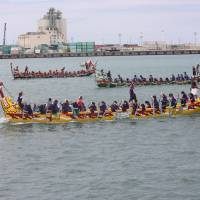 Trad fest: Dragon boats race at Naha Hari. | HILLEL WRIGHT PHOTO