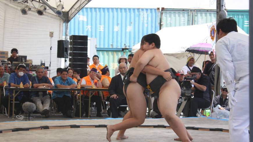 Young sumo wrestlers tussle after both getting mawashi (belt) grips. | HILLEL WRIGHT PHOTO