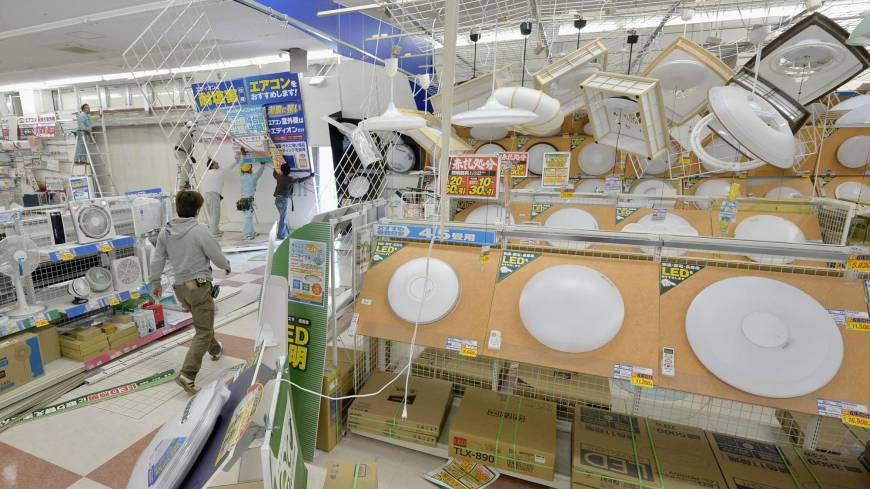 Repairs get underway at an electronics store in Sumoto, Hyogo Prefecture, following a 6M earthquake that jolted western Japan Saturday morning.