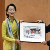 Suu Kyi makes overture to military