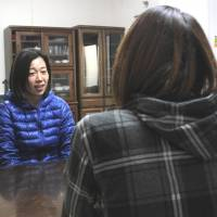 Fresh start: Yoko Isamu (left), who works at the rehabilitation facility Gifu Darc, in the city of Gifu, speaks with a patient who is trying to overcome her addiction to drugs. | CHUNICHI SHIMBUN