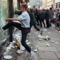 Demonstrators riot in London at the end a massive protest against the notorious poll tax, a new local taxation system, in March 1990.  | AFP-JIJI