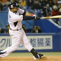 Giant killer: Tokyo Yakult's Wladimir Balentien hits a two-run home run in the eighth inning of the Swallows' 2-1 win over the Giants on Sunday night. | KYODO