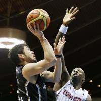 Tough angle: Aisin's Shogo Asayama looks to score against Toshiba's Mamadou Diouf during fourth-quarter action in Game 1 of the JBL Finals on Wednesday at Yoyogi National Gymnasium No. 2. The Sea Horses defeated the Brave Thunders 77-71. | KYODO