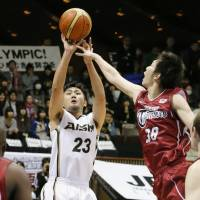 All or nothing: Aisin's Shuhei Kitagawa shoots during the Sea Horses' 74-65 win over the Toshiba Brave Thunder in Game 4 of the JBL Finals on Sunday. | KYODO