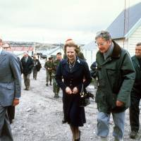 Margaret Thatcher tours the Falkland Islands in January 1983. | AFP-JIJI