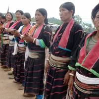 We  Wa: Ethnic Palaung attend a religious ceremony held by the Shan militia in Mangpan, Myanmar, on May 24. Ethnic  Wa make up 1 percent of Myanmar's populace, with the self-administered region hosting around 800,000 people of various ethnicities. | AFP-JIJI
