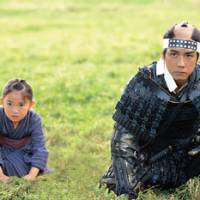 Yae as a young girl (played by Rio Suzuki) with her brother, Kakuma.