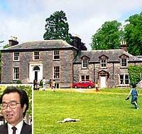 Kilquhanity House School in southwestern Scotland sits closed, but educator Shinichiro Hori (inset) plans to reopen it in a few years.    PHOTO COURTESY OF KINOKUNI CHILDREN'S VILLAGE SCHOOLS