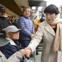 Mizuho Fukushima, leader of the Social Democratic Party, mingles with the public in Aizuwakamatsu, Fukushima Prefecture, on the same day. | KYODO