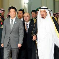 Prime Minister Shinzo Abe and Saudi Arabia's Crown Prince Salman bin Abdulaziz Al Saud enters the palace in Jeddah on Tuesday ahead of their meeting. | POOL