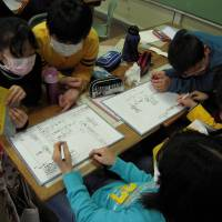 Early education: Students at Akagi Elementary School in Koriyama, Fukushima Prefecture, learn about radiation in 2012. Classes on radiation are now taught in every elementary and junior high school in the prefecture.   MIZUHO AOKI