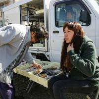 Mobile shop is godsend for elderly in Mie town with falling population