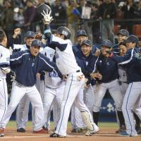 Kinjo hits sayonara home run in win over Swallows