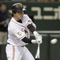 Defining moment: Giants slugger Hisayoshi Chono hits a second-inning grand slam on Saturday against the Carp. | KYODO