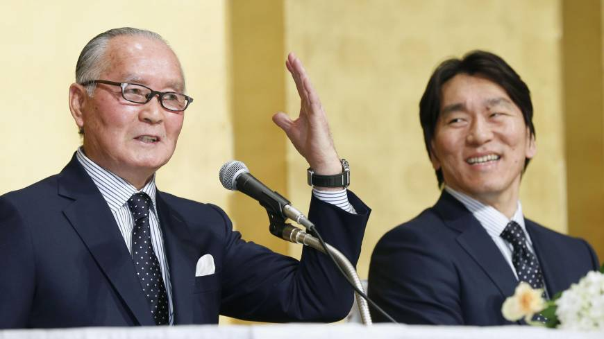 A day to cherish: Giants legend Shiego Nagashima speaks during a news conference on Sunday as Hideki Matsui listens to his former skipper at Tokyo Dome. | KYODO