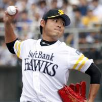 Lion tamer: Tadashi Settsu pitches during the Hawks' 10-3 rout of the Lions on Saturday. | KYODO