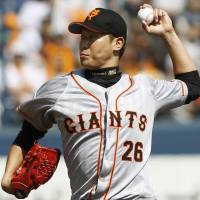 Power up: Yomiuri's Tetsuya Utsumi delivers a pitch during the Giants' 1-0 win over the BayStars on Sunday. | KYODO