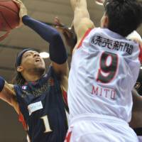 Close quarters: Yokohama's Thomas Kennedy (left) looks to shoot as Toyama's Takeshi Mito defends during the B-Corsairs' 86-75 win in Game 1 of their Eastern Conference semifinal on Friday. | YOSHIAKI MIURA