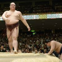 In contention: Kisenosato (left) stands in the ring after beating Goeido at the Summer Grand Summer Tournament on Sunday. | KYODO