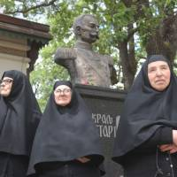 Final homecoming: Orthodox nuns stand by a monument of Yugoslavia's last king, Peter II Karadjordjevic, in Oplenac, Serbia, on Sunday. The remains of Peter, who fled the country at the onset of its invasion by the German Nazi regime, were repatriated for a re-burial in Serbia 43 years after his death in exile in the United States. | AFP-JIJI