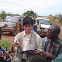 JICA staff member Tsutomu Iimura visits a village in Mali in May 2006. | JICA
