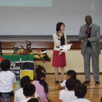 Mozambican Ambassador Belmiro Jose Malate visits the elementary school  and introduces the life and culture of his country to the students on Nov. 8. | CITY OF YOKOHAMA