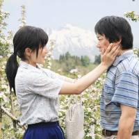 Biting drama: 'Kiseki no Ringo (Miracle Apples)' is based on the true story of a farmer's decadelong quest to grow apples without pesticide. | © 2013 Kiseki no Ringo Seisaku Iinkai