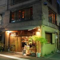 A new classic: Kemuri, in the backstreets of Tokyo's Kanda- Sudacho area, specializes in smoked foods served in a casual, comfortable atmosphere. | ROBBIE SWINNERTON PHOTO